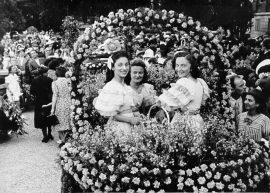 Fotografia storica. Donne al concorso automibili infiorate iorate luglio