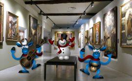 Sala del museo con renne che ballano