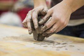 Mani che lavorano l'argilla