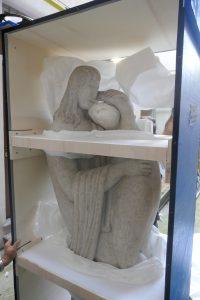 La statua è imballata all'interno di una scatola per il trasporto